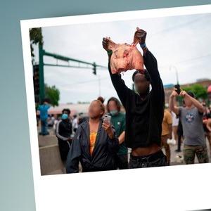 Homem segura cabeça de porco em Mineápolis (EUA) protestando contra violência policial