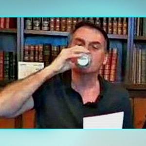 Bolsonaro bebe leite de vaca e gera críticas