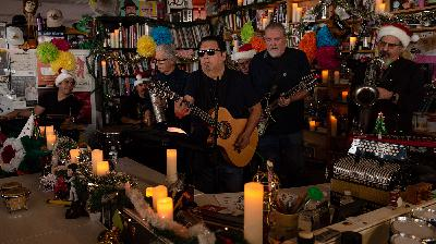 Los Lobos Holiday