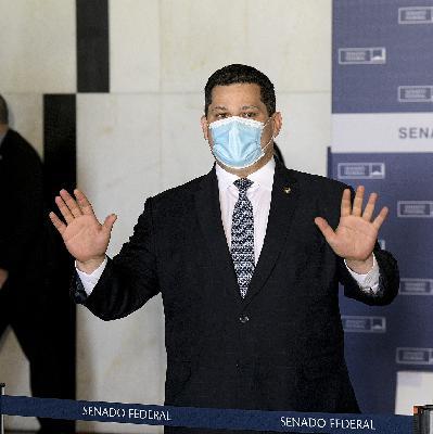 Bolsonaro pressiona Alcolumbre; Marcos Pontes reclama de cortes na ciência; e sai Nobel de Economia