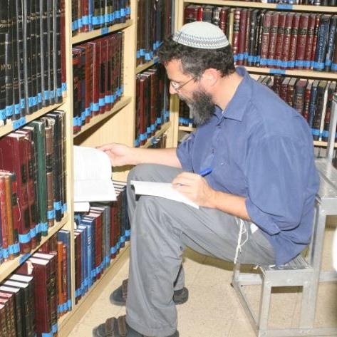 פרק 7: תעלומת ע.ה.ע.י בבית הכנסת הניאולוגי
