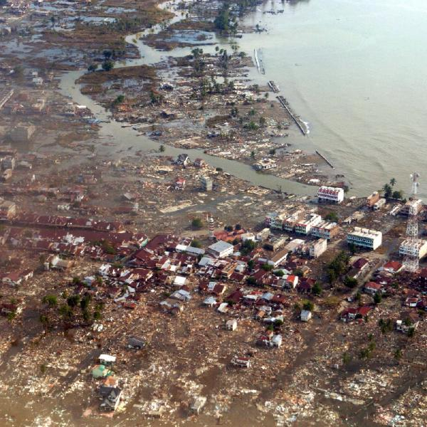 indonesia tsunami 2004 essay On sunday, december 26, 2004 there was a severe earthquake in the indian ocean it took place off the coast of northern sumatra, indonesia the cause of.